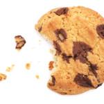 Een koekje met daarnaast kruimels