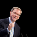 eric schmidt geeft een interview in college tour